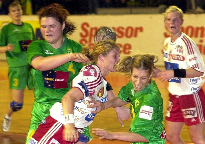 FFM126 - 20020420 - SKOPJE, MACEDONIA: Larvik's player Duvholt (C) tries to shoots between Larisa Ferzalieva (R) and Angela Platon (L) from Kometal Gorce Petrov on Suterday 20 April 2002 during their semi-final handball match in European Champions league. Kometal Gorce Petrov won with 28-21 to go to the finals. EPA PHOTO EPA GEORGI LICOVSKI