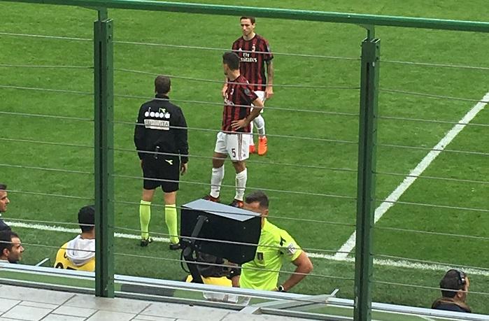 ВАР го закопа Милан   црвен картон за Бонучи