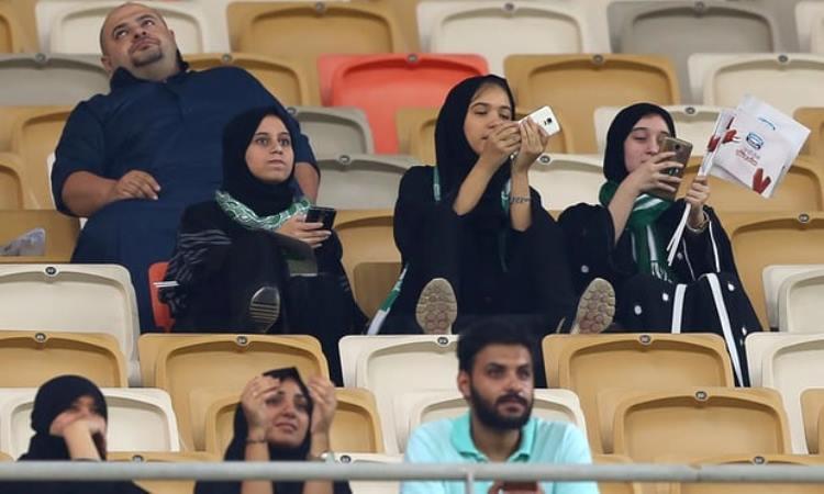 Жените во Саудиска Арабија добија право   да гледаат фудбал на стадион