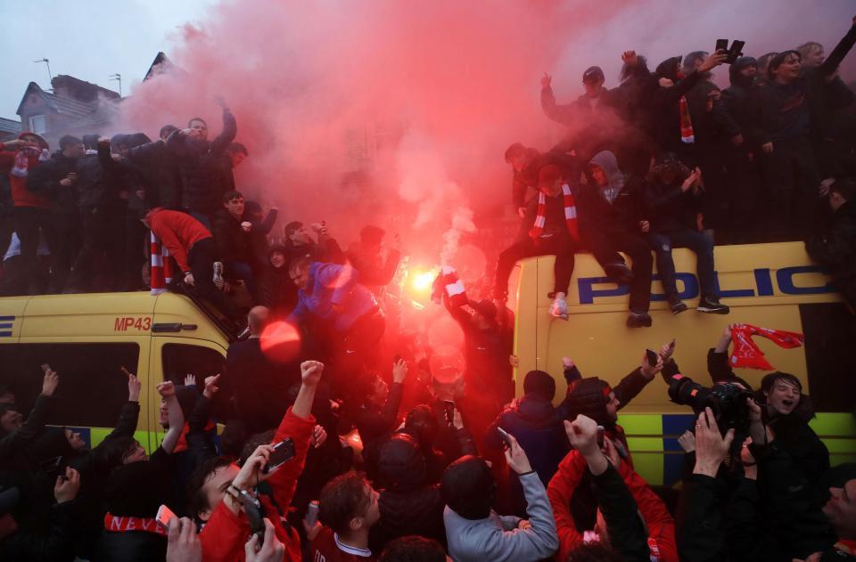 Хаос пред  Енфилд   Навивачите на Ливерпул ја нападнаа полицијата
